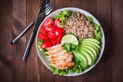Cuenco de ensalada sano con la quinoa, tomates, pollo, aguacate, cal y verdes mezclados y x28; lechuga, parsley& x29; Imágenes de archivo libres de regalías