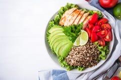 Cuenco de ensalada sano con la quinoa, tomates, pollo, aguacate, cal y verdes mezclados y x28; lechuga, parsley& x29; Foto de archivo