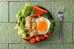 Cuenco de ensalada triturado pollo del aguacate Imagenes de archivo