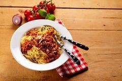 Cuenco de espaguetis boloñés con los tomates en vid Imagen de archivo libre de regalías