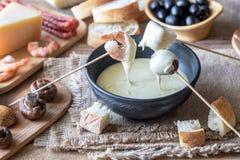 Cuenco de 'fondue' con los aperitivos Foto de archivo libre de regalías