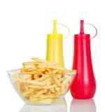 Cuenco de fritadas, de salsa de tomate y de mostaza de la patata aisladas en blanco Fotografía de archivo