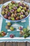Cuenco de fruta con los ciruelos de ciruela claudia Foto de archivo