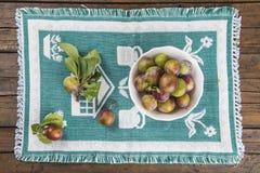 Cuenco de fruta con los ciruelos de ciruela claudia Foto de archivo libre de regalías