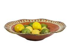 Cuenco de fruta del limón y de la cal aislado Foto de archivo