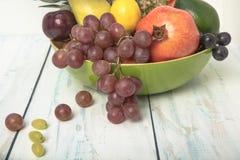 Cuenco de fruta dispuesto en la tabla foto de archivo