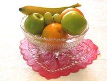 Cuenco de fruta en la tarjeta del día de San Valentín de papel Imagen de archivo