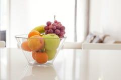 Cuenco de fruta en sitio brillante Imagen de archivo
