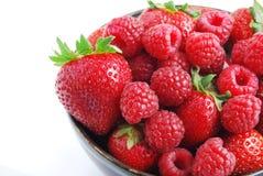 Cuenco de fruta - fresas y frambuesas Foto de archivo
