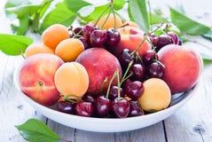 Cuenco de frutas y de bayas mezcladas Fotografía de archivo