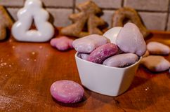 Cuenco de galletas rosadas en un estilo de la Navidad imagen de archivo libre de regalías