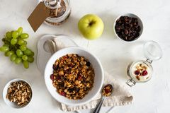 Cuenco de granola hecho en casa con las nueces y las frutas en el fondo de lino blanco Visi?n superior Desayuno sano, adietando,  fotos de archivo