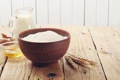 Cuenco de harina en una panadería Fotos de archivo libres de regalías
