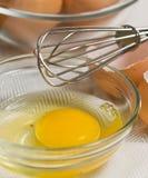 Cuenco de huevo crudo y de un azote de 10 del ` franceses del acero inoxidable Imágenes de archivo libres de regalías