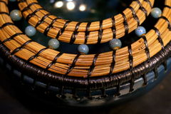 Cuenco de la aguja de la loza de barro y del pino Foto de archivo libre de regalías