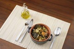 Cuenco de la loza de barro con la sopa campesina Imagen de archivo libre de regalías