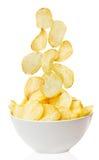 Cuenco de las patatas fritas aislado en blanco fotografía de archivo