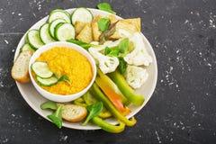 Cuenco de las verduras de salsa: inmersión de la zanahoria con las rebanadas de pan curruscante, pepino, pimientas dulces, colifl Fotografía de archivo
