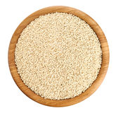 Cuenco de madera con las semillas de sésamo aisladas en el fondo blanco Fotografía de archivo