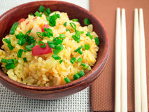 Cuenco de madera de arroz y de verduras cocinados Imagen de archivo