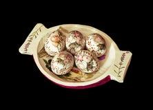 Cuenco de madera decorativo con los huevos de Pascua pintados Foto de archivo