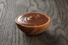 Cuenco de madera del creamin de la avellana del chocolate Fotografía de archivo