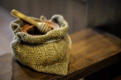 Cuenco de madera para la abeja de la miel con el bolso del saco y el cazo de madera de la miel Imagenes de archivo