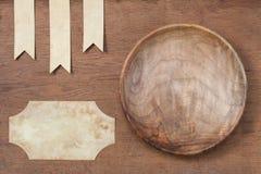 Cuenco de madera rústico con la etiqueta imagen de archivo