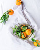 Cuenco de mandarinas con las hojas Imagen de archivo