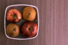 Cuenco de manzanas y de peras Fotos de archivo libres de regalías