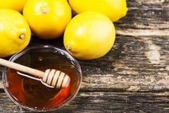 Cuenco de miel y de limones dulces Fotos de archivo libres de regalías