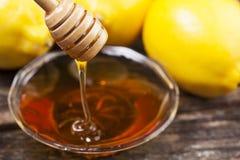 Cuenco de miel y de limones dulces Imágenes de archivo libres de regalías