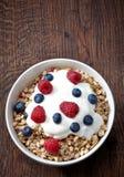 Cuenco de muesli y de yogur Imagenes de archivo