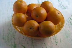 Cuenco de naranjas frescas Fotos de archivo libres de regalías