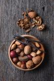 Cuenco de nueces y de cascanueces mezclados fotografía de archivo