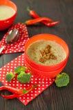 Cuenco de pimienta de chile y de sopa del bróculi Imagenes de archivo
