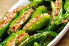 Cuenco de pimientas verdes rellenas frescas crudas listas para cocinar Imágenes de archivo libres de regalías