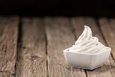 Cuenco de restauración de helado de vainilla Fotos de archivo libres de regalías