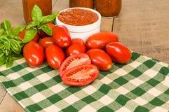 Cuenco de salsa de tomate fresca con albahaca Foto de archivo libre de regalías