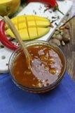 Cuenco de salsa picante hecha en casa del mango en la tabla de madera vieja Imágenes de archivo libres de regalías