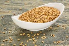 Cuenco de semillas de lino del oro Imagen de archivo