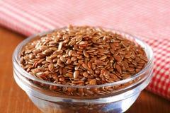 Cuenco de semillas de lino marrones enteras Fotografía de archivo libre de regalías