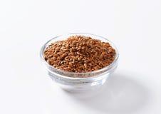 Cuenco de semillas de lino marrones enteras Foto de archivo