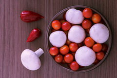Cuenco de setas y de tomates Imagenes de archivo