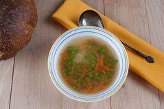 Cuenco de sopa caliente con los guisantes verdes Foto de archivo