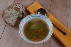 Cuenco de sopa caliente con los guisantes verdes Fotos de archivo libres de regalías