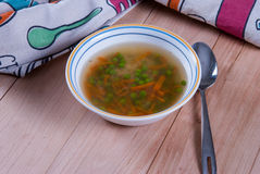 Cuenco de sopa caliente con los guisantes verdes Foto de archivo libre de regalías