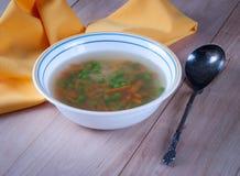 Cuenco de sopa caliente con los guisantes verdes Fotos de archivo
