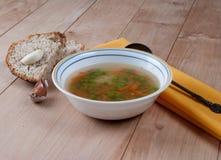 Cuenco de sopa caliente con los guisantes verdes Fotografía de archivo