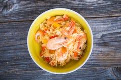 Cuenco de sopa de caldo de pollo con los tallarines, las zanahorias y la cebolleta Foto de archivo libre de regalías